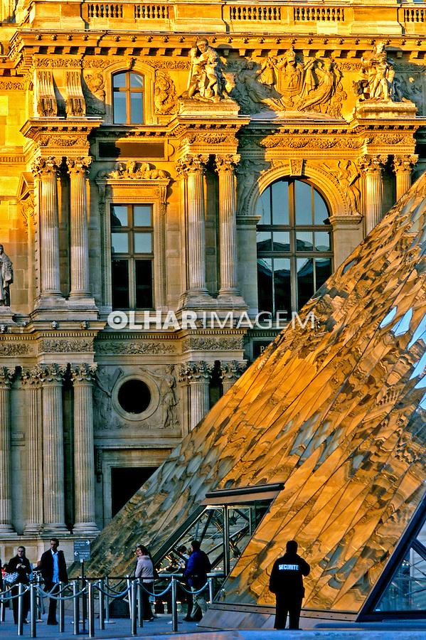 Fachada do museu do Louvre em Paris. França. 2004. Foto de Ricardo Azoury.