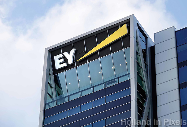 Nederland Amsterdam - 2018. Accountancybureau EY ( Ernst & Young ), aan de Zuidas. EY is een internationaal opererend dienstverlenend bedrijf actief op het gebied van accountancy, belastingadvies en bedrijfsadvies. Foto Berlinda van Dam / Hollandse Hoogte