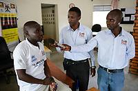 UGANDA, Arua, Radio Pacis, Aufnahme im Rhino Camp Refugee Settlement mit Camp Leiter