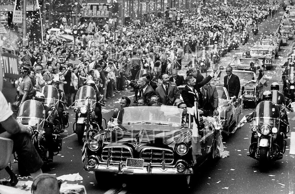 New York City, NY - August 13, 1969 <br /> Neil Armstrong, Buzz Aldrin &amp; Michael Collins wave at the cheering crowd from an open car as they are showered by ticker tape during the parade on Broadway and Park Avenue in New York City.  They will each receive the &ldquo;Presidential Medal of Freedom&ldquo;.<br /> New York City, NY. 13 aout 1969. <br /> Neil Armstrong, Buzz Aldrin &amp; Michael Collins, les astronautes d&rsquo;Apollo XI, offrent &agrave; la ville l&rsquo;occasion de les c&eacute;l&eacute;brer en jetant des fen&ecirc;tres des bureaux des &eacute;normes quantit&eacute;s de papier.  Ils recevront tous les trois la m&eacute;daille pr&eacute;sidentielle de la libert&eacute;.