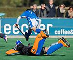 BLOEMENDAAL  -  Timo Meijder met keeper Allard Andre de La Porte, competitiewedstrijd junioren  landelijk  Bloemendaal JB1-Kampong JB1 (4-3) . COPYRIGHT KOEN SUYK