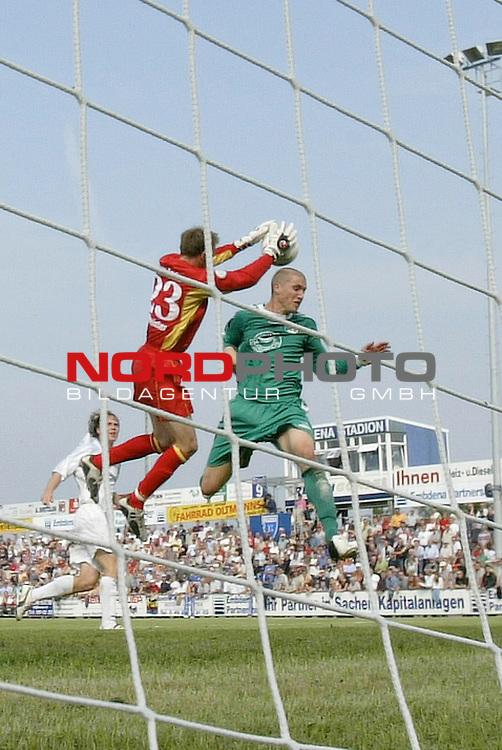 RLN 05 / 06 - 8. Spieltag<br /> <br /> Kickers Emden vs VFB Luebeck<br /> <br /> Tobias Schweinsteiger alleine vor dem Tor, aber Torwart Sven Hoffmeister klaert<br /> <br /> <br /> Foto &copy; nordphoto <br /> <br /> <br /> <br />  *** Local Caption *** Foto ist honorarpflichtig! zzgl. gesetzl. MwSt.<br /> <br />  Belegexemplar erforderlich