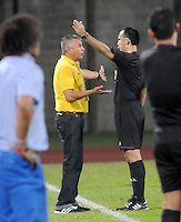 ITAGÜÍ -COLOMBIA-12-03-2014. Adolfo Leon Holguin técnico de Alianza Petrolera  es eexpulsadompor el árbitro durante el partido contra Itagui por la fecha 10 de la Liga Postobon I 2014 jugado en el estadio Metropolitano de Itaguí./Adolfo Leon Holguin coach of Alianza Petrolera is expelled by the referee during match against Itagui for the 10th date of the Postobon League I 2014 played at Metropolitano stadium in Itaguí city.  Photo:VizzorImage/Luis Ríos/STR