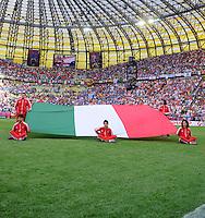 FUSSBALL  EUROPAMEISTERSCHAFT 2012   VORRUNDE Spanien - Italien            10.06.2012 Praesentation der italienischen Fahne im Stadion in Danzig