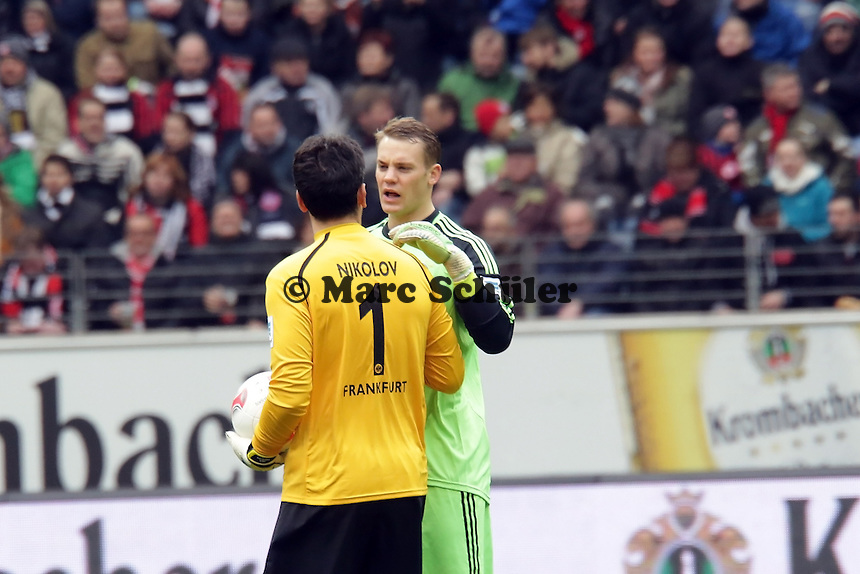 Oka Nikolov (Eintracht) mit Manuel Neuer (Bayern)