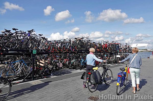 Nederland Amsterdam - 2018. Fietsenstalling bij het IJ, achter Centraal Station. Zoeken naar een plaatsje voor je fiets.  Foto Berlinda van Dam / Hollandse Hoogte