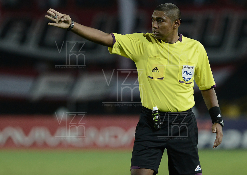 BOGOTÁ -COLOMBIA, 06-12-2014. Imer Machado, árbitro, durante el partido entre  Independiente Santa Fe y Once Caldas por la fecha 4 de los cuadrangulares semifinales de la Liga Postobón  II 2014 jugado en el estadio Nemesio Camacho el Campín de la ciudad de Bogotá./ Imer Machado, referee, during the macth between Independiente Santa Fe and Once Caldas during the match for the 5th date of the semifinal quadrangular of the Postobon League I 2014 played at Nemesio Camacho El Campin stadium in Bogotá city. Photo: VizzorImage/ Gabriel Aponte / Staff