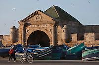 Afrique/Afrique du Nord/Maroc/Essaouira: Les barques des pêcheurs sur le Port et la Porte de la Marine