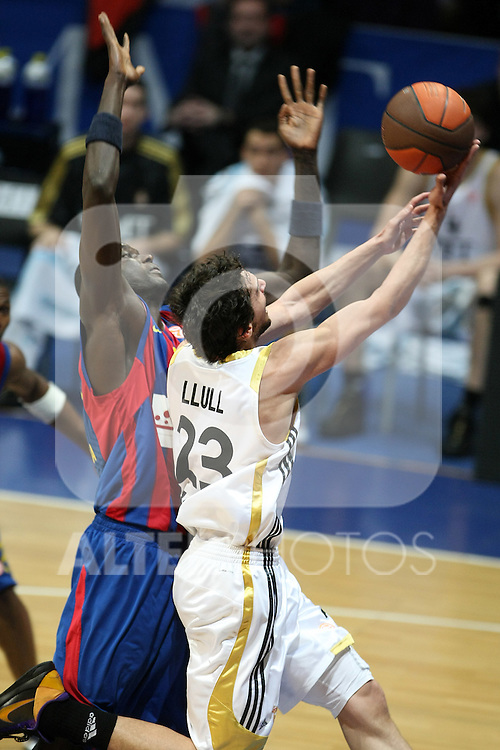 Real Madrid's Sergio Llull (r) and FC Barcelona's Boniface N'Dong during Euroleague Basketball match. March 30, 2010. (ALTERPHOTOS/Acero)
