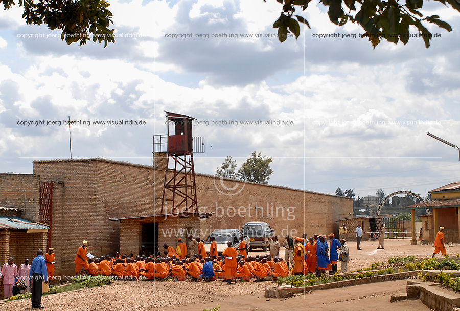RWANDA, Gitarama , jail with 7500 prisoner , mostly for Hutu for genocide crimes , prisoner in orange clothes: already sentenced, pink clothes: waiting for accusation / RUANDA, Gitarama , Gefaengnis mit 7500 Haeftlingen , viele sind Hutu und wegen Genozid Verbrechen inhaftiert , Haeftlingskleidung orange: bereits verurteilt , rosa: warten auf Anklage