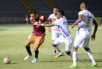 IBAGUÉ -COLOMBIA, 15-01-2015. Victor M. Aquino (Izq) jugador de Deportes Tolima disputa el balón con Manuel E. Berrio (Der) jugador del Atlético Huila por la fecha 10 de la Liga Aguila I 2016 jugado en el estadio Manuel Murillo Toro de la ciudad de Ibagué./ Victor M. Aquino (L) player of  Deportes Tolima vies for the ball with Manuel E. Berrio (R) player of Atletico Huila for the date 10 of the Aguila League I 2016 played at Manuel Murillo Toro stadium in Ibague city. Photo: VizzorImage / Juan Carlos Escobar / Str