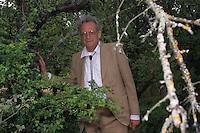 """Giovanni Franzoni (Varna, 1928) teologo e scrittore.Theologian  and writer..Nel marzo 1964 viene eletto abate dell'abbazia di San Paolo fuori le mura..Diverse scelte (opposizione al concordato tra Stato e Chiesa; opposizione alla guerra in Vietnam; solidarietà con le lotte operaie del 1969-70), gli procurano l'opposizione del Vaticano, che lo costringe a dimettersi dalla carica di abate (1973). Nel 1974, la sua aperta presa di posizione per la libertà di voto dei cattolici al referendum sul divorzio viene punita con la sospensione """"a divinis"""". Nel 1976, dopo il suo dichiarato appoggio al PCI durante la campagna elettorale, viene dimesso dallo stato clericale..In March 1964 he was elected abbot of St. Paul Outside the Walls. .Different choices (opposition to the agreement between church and state, opposition to the war in Vietnam; solidarity with the struggle of 1969-70), to procure the opposition of the Vatican, which forces him to resign from the office of abbot (1973). In 1974, his open statement of position for the freedom of Catholics to vote in the referendum on divorce is punished with the suspension """"a divinis"""". In 1976, after his declared support for the PCI during the election campaign, was dismissed from the clerical state...."""