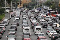 FOTO EMBARGADA PARA VEICULOS INTERNACIONAIS. SAO PAULO, SP, 25-11-2012, TRANSITO. O corredor Norte Sul tem trafego intenso na manha dessa Segunda-feira (26). Luiz Guarnieri/ Brazil Photo Press.