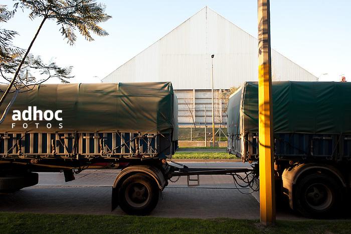 Camiones para transporte de mercaderias, proximos al Puerto de Montevideo, 2013.<br /> URUGUAY / MONTEVIDEO / <br /> Foto: Ricardo Ant&uacute;nez / AdhocFotos<br /> www.adhocfotos.com