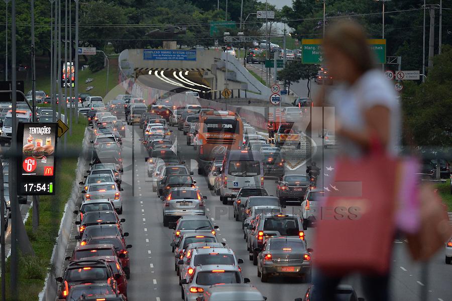 SÃO PAULO, SP, 24.03.2016 – TRÂNSITO-SP: Trânsito na avenida 23 de Maio, próximo ao Parque do Ibirapuera, zona sul de São Paulo na tarde desta quinta-feira, véspera de feriado prolongado. (Foto: Levi Bianco/Brazil Photo Press)