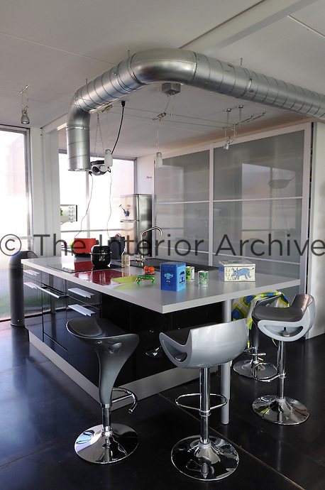 The design of this contemporary kitchen is a combination of conviviality and high tech