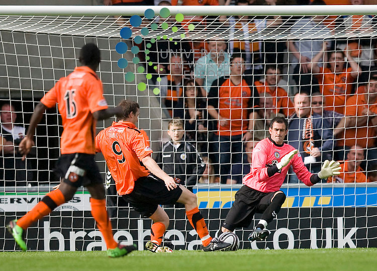 United's Jon Daly(9) (captain) scores the to make 1-1 during The Clydesdale Bank Premier League match between St Mirren and Dundee United at St Mirren Park 14/08/10..Picture by Ricky Rae/universal News & Sport (Scotland).