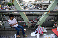 PHILIPPINES, Manila, heavy traffic in Quezon City during rush hour, street vendor on bridge selling locks / PHILIPPINEN, Manila, Verkehr in Quezon City, Strassenverkaeufer auf einer Fussgängerbrücke