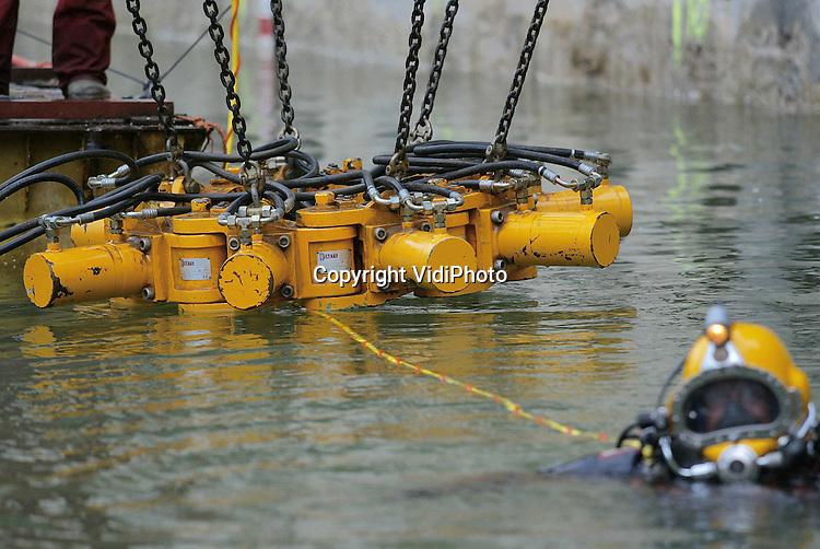 Opdrachtfoto.Foto: VidiPhoto..ARNHEM - Werkzaamheden in het water van de bouwput van het eerste ondergrondse danstheater van Nederland in Arnhem. De put is 100 meter lang en 40 meter breed. De betonnen palen zitten 24 meter diep.