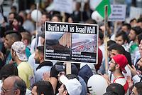 """Ca. 1000 Menschen protestierten am Samstag den 11. Juli 2015 in Berlin mit einer Demonstration anlaesslich des anti-israelischen Al Quds-Tag. Sie riefen Parolen wie """"Kindermoerder Israel"""" und """"Israel raus aus Palaestina"""".<br /> Am sogenannten Al Quds-Tag protestieren weltweit Muslime gegen die Besetzung der palaestinensischen Gebiete durch Israel.<br /> Etwa 2050 bis 300 Menschen protestierten gegen die Demonstration.<br /> Im Bild: Ein Demonstrant haelt ein Schild, auf dem die israelische Mauer zu den besetzten Gebieten mit der Berliner Mauer verglichen wird. <br /> 11.7.2015, Berlin<br /> Copyright: Christian-Ditsch.de<br /> [Inhaltsveraendernde Manipulation des Fotos nur nach ausdruecklicher Genehmigung des Fotografen. Vereinbarungen ueber Abtretung von Persoenlichkeitsrechten/Model Release der abgebildeten Person/Personen liegen nicht vor. NO MODEL RELEASE! Nur fuer Redaktionelle Zwecke. Don't publish without copyright Christian-Ditsch.de, Veroeffentlichung nur mit Fotografennennung, sowie gegen Honorar, MwSt. und Beleg. Konto: I N G - D i B a, IBAN DE58500105175400192269, BIC INGDDEFFXXX, Kontakt: post@christian-ditsch.de<br /> Bei der Bearbeitung der Dateiinformationen darf die Urheberkennzeichnung in den EXIF- und  IPTC-Daten nicht entfernt werden, diese sind in digitalen Medien nach §95c UrhG rechtlich geschuetzt. Der Urhebervermerk wird gemaess §13 UrhG verlangt.]"""