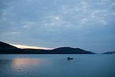Ein Fischer kreuzt in der Bucht von Neum / A sisherman with his boat at the Neum bay.<br />Der kleine Ort Neum liegt in Bosnien-Herzegovina und bildet den einzigen Zugang zum Meer des Balkanlandes. Auf einer Länge von 9 km durchschneidet der Ort das kroatische Staatsgebiet (Neum-Korridor) Seit dem EU-Beitritt Kroatiens ist Neum auf beiden Seiten von EU-Außengrenzen eingeschlossen. / The small city of Neum in Bosnia and Herzegovina is the only place in Bosnia, where the country has access to the adriatic sea. Over a length of 9 kilometers the area cuts Croatian territory in two pieces. Since Croatia became part of the European Union, the city of Neum is enclosed between two EU-boarders.