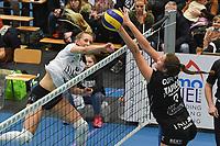 Black and White Company LENDELEDE - Volley Saturnus Michelbeke :<br /> aanvalspoging van Loladina Zwaanswijk (L) doorheen het blok van Charlotte Coppin (Rà<br /> <br /> Foto VDB / Bart Vandenbroucke