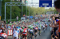 peloton in the last 500 meters towards the finish cheered on by the massive crowd<br /> <br /> stage 2: Arnhem-Nijmegen (NLD) 190km<br /> 99th Giro d'Italia 2016