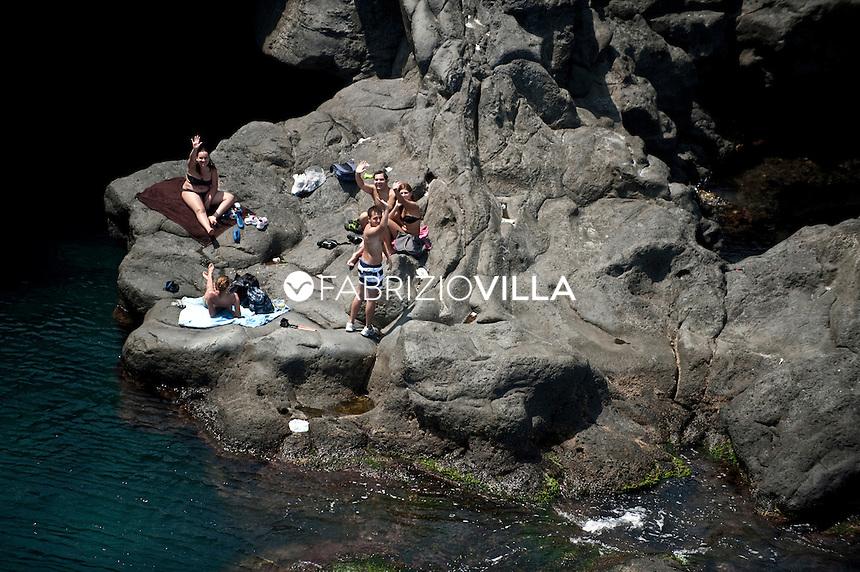 Il mare e le spiagge di Catania e Siracusa dall'elicottero della Guardia Costiera. .A mare tra gli scogli vulcanici di Catania..Foto Fabrizio Villa