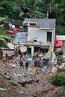 MAIRIPORÃ,SP - 11.03.2016 - DESLIZAMENTO-SP - Devido as chuvas que cairam na madrugada dessa sexta-feira (11) em Mairiporã, um barranco desmoronou e acabou atingindo uma residência com 09 pessoas. De acordo com o Polícia Militar, houve 06 óbitos, sendo duas crianças de 01 ano e outra de 04 anos. Agentes do Corpo der Bombeiros estão no local, fazendo buscas pelos corpos. (Foto: Eduardo Carmim/Brazil Photo Press)