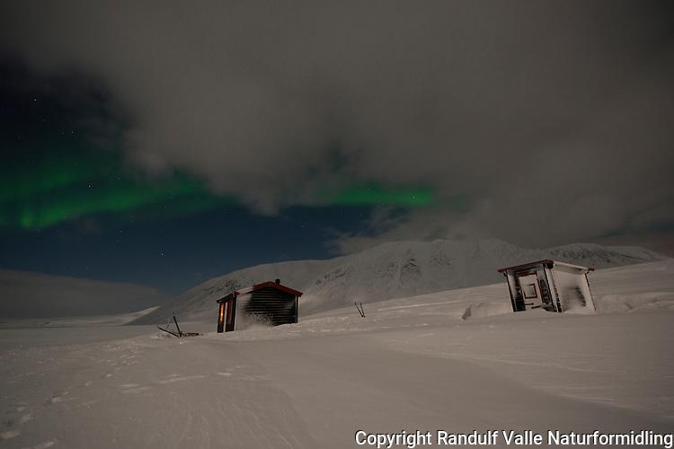 Hytte ved Leavnnjasjavri på grensa til Stabbursdalen nasjonalpark. ----- Cabins and northern lights.