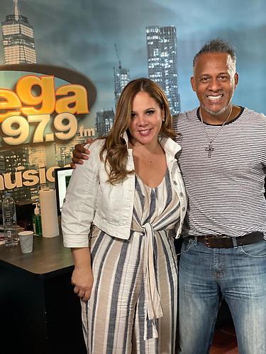 Nilda Rosario acompañada en plena faena radial en El Jukeo de NY del dominicano Janeiro Matos, quien le dió la bienvenida oficial, adjunto a Arturo Sosa, Johnny, Dj Supreme en el elenco del programa. (foto SBS).