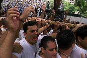 Promesseiros levantam a corda em homenagem a Nossa Senhora de Nazar&eacute;. O C&iacute;rio ocorre a mais de 200 anos em Bel&eacute;m e as estimativas s&atilde;o de que mais de 1.500.000 pessoas acompanhem &agrave; prociss&atilde;o.<br />Bel&eacute;m-Par&aacute;-Brasil<br />12/10/2003<br />&copy;Foto Paulo Santos/Interfoto<br />Digital