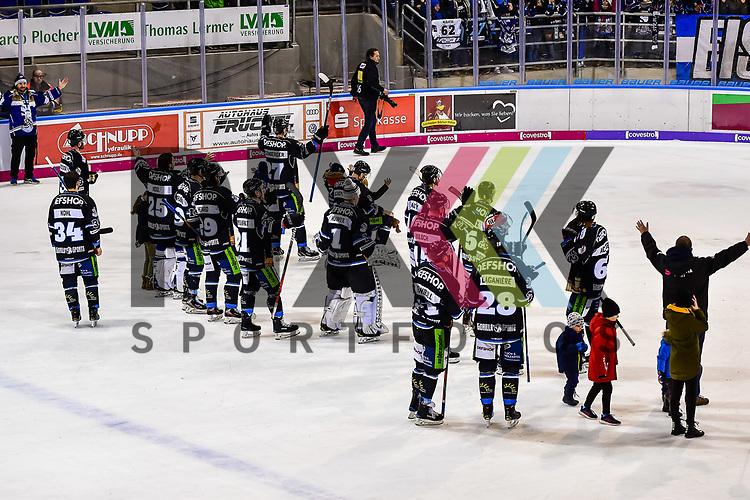 Die Mannschaft laesst sich von den Straubinger Fans feiern im Spiel in der DEL, Straubing Tigers (dunkel) - Nuernberg Ice Tigers (hell).<br /> <br /> Foto © PIX-Sportfotos *** Foto ist honorarpflichtig! *** Auf Anfrage in hoeherer Qualitaet/Aufloesung. Belegexemplar erbeten. Veroeffentlichung ausschliesslich fuer journalistisch-publizistische Zwecke. For editorial use only.