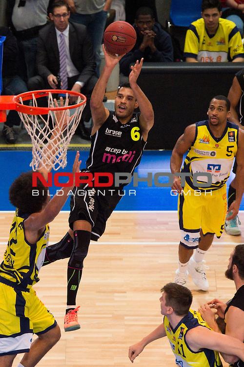 28.11.2014, ENERVIE Arena, Hagen<br /> Basketball, Bundesliga, Phoenix Hagen vs. medi Bayreuth<br /> <br /> Korbwurf David Brembly (#6 Bayreuth)<br /> <br />   Foto &copy; nordphoto / Kurth