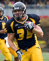 11 November 2006: West Virginia running back Owen Schmitt..The West Virginia Mountaineers defeated the Cincinnati Bearcats 42-24 on November 11, 2006 at Mountaineer Field, Morgantown, West Virginia..