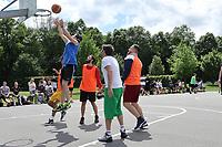 Nauheim 20.05.2017: Streetball-Turnier der Kinder- und Jugendf&ouml;rderung<br /> Mo (Team Ski-Club 1) erzielt einen Korb<br /> Foto: Vollformat/Marc Sch&uuml;ler, Sch&auml;fergasse 5, 65428 R'heim, Fon 0151/11654988, Bankverbindung KSKGG BLZ. 50852553 , KTO. 16003352. Alle Honorare zzgl. 7% MwSt.