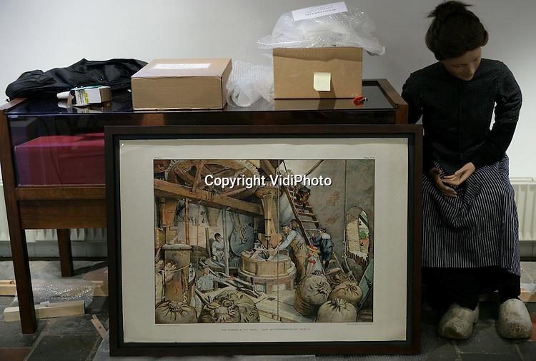Foto: VidiPhoto..BARNEVELD - Een paar miljoen Nederlanders zijn groot geworden met Ot&Sien en Aap-Noot-Mies. Voor het eerst worden in samenwerking met het Nationaal Onderwijsmuseum originele schilderijen, aquarellen en schetsen van een van de meest bekende illustratoren van Nederland, Cornelis Jetses (1873-1955), geëxposeerd in een bijzondere overzichtstentoonstelling. Vanaf 27 juni tot en met 31 oktober zijn de werken te zien in het Veluws Museum Nairac in Barneveld. Foto: Medewerkers van het museum zijn woensdag bezig met de inrichting van de expositie.