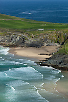 Ireland, County Kerry, The Dingle Peninsula: Slea Head, view over sandy beach and rugged coastline | Irland, County Kerry, The Dingle Peninsula: Slea Head, Blick ueber Kueste mit Sandstrand