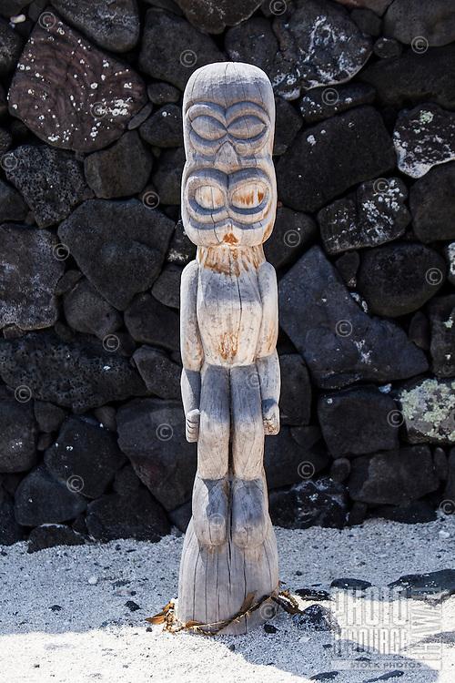 Hawaiian tiki statue (ki'i) in Pu'uhonua o Honaunau National Historical Park, Big Island.