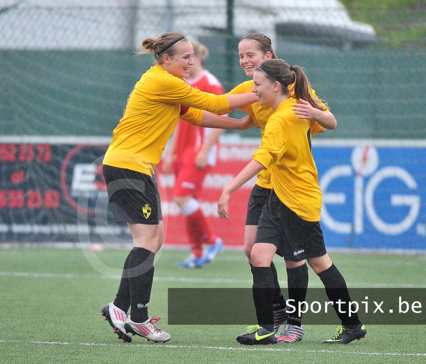 Lierse U16 - Standard de Liege U16 : vreugde bij Lierse na de 2-0 met Jana Janssens (links) en Charlotte Van Ishoven (midden).foto DAVID CATRY / Nikonpro.be