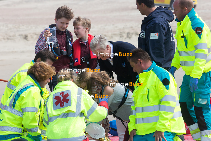 Le roi Philippe de Belgique, la reine Mathilde de Belgique, leurs enfants ; la Princesse Elisabeth, le Prince Gabriel, le Prince Emmanuel et la Princesse El&eacute;onore assistent &agrave; une d&eacute;monstration des services de sauvetage sur la plage de Middelkerke. <br /> La princesse Elisabeth a elle-m&ecirc;me particip&eacute; &agrave; la r&eacute;animation.<br /> Belgique, Middelkerke, 1er juillet 2017.<br /> King Philippe of Belgium, Queen Mathilde of Belgium and their children, Crown Princess Elisabeth, Prince Emmanuel, Prince Gabriel, and Princess Eleonore of Belgium pictured during a rescue exercice, part of a visit of Belgian royal couple at the Belgian coast, in Westende, Middelkerke.<br />  Belgium, Westende, Middelkerke, 01 July 2017.<br /> Pic :  King Philippe of Belgium &amp; Prince Gabriel of Belgium, Prince Emmanuel of Belgium, Crown Princess Elisabeth of Belgium