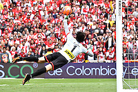 BOGOTA - COLOMBIA - 26-02-2017: Jose Valencia  (Fuera de Cuadro), jugador de Independiente Santa Fe anota gol a German Caffa, portero de Cortulua, durante partido por la fecha 6 entre Independiente Santa Fe y Cortulua, de la Liga Aguila I-2017, en el estadio Nemesio Camacho El Campin de la ciudad de Bogota. / Jose Valencia, (Out of Frame), player of Independiente Santa Fe scored a goal to German Caffa, goalkeeper of Cortulua, during a match of the date 6 between Independiente Santa Fe and Cortulua, for the Liga Aguila I -2017 at the Nemesio Camacho El Campin Stadium in Bogota city, Photo: VizzorImage / Luis Ramirez / Staff.