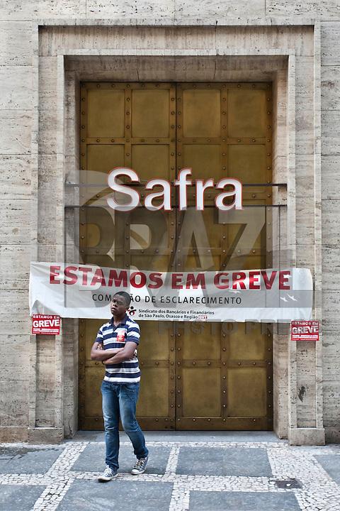 ATENCAO EDITOR IMAGEM EMBARGADA PARA VEICULOS INTERNACIONAIS  - SAO PAULO, SP , 18/09/2012 - GREVE BANCARIOS SP. - Os bancários de todo o País entraram em greve por tempo indeterminado a partir de hoje 18. As reivindicações dos trabalhadores, que pedem 10,25%, sendo 5,0% de aumento real. Além do reajuste salarial, os trabalhadores pleiteiam mudanças na participação nos lucros e resultados (PLR). Na foto agencia do banco safra na rua 15 de novembro, centro sp<br /> FOTO VAGNER CAMPOS / BRAZIL PHOTO PRESS