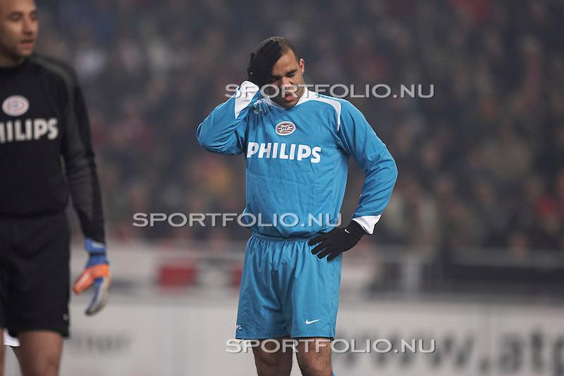 Nederland, Amsterdam, 11 maart 2006 .Eredivisie .Seizoen 2005-2006 .Ajax-PSV (0-0). .Verdediger Alex van PSV voelt met zijn handschoen aan zijn hoofd en trekt een pijnlijk gezicht..