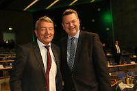 Der neue DFB-Präsident Reinhard Grindel mit seinem Vorgänger Wolfgang Niersbach - Ausserordentlicher DFB Bundestag, Messegelände Frankfurt,