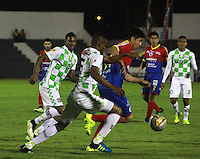 TUNJA - COLOMBIA -04 -10-2015: Williamson Cordoba (Cent.) jugador de Boyaca Chico FC disputa el balón con Oscar Briceño (Der.) jugador de Deportivo Pasto, durante partido Boyaca Chico FC y Patriotas FC, de la fecha 15 de la Liga Aguila II-2015, jugado en el estadio La Independencia de la ciudad de Tunja. / Williamson Cordoba (C) player of Boyaca Chico FC vies for the ball with Oscar Briceño (R) player of Deportivo Pasto, during a match Boyaca Chico FC and Patriotas FC, for the 15 date of the Liga Aguila II-2015 at the La Independencia  stadium in Tunja city, Photo: VizzorImage  / Cesar Melgarejo / Cont.