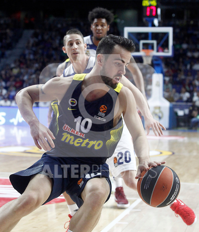 Real Madrid's Jaycee Carroll (l) and Fenerbahce Istambul's Melih Mahmutoglu during Euroleague, Regular Season, Round 29 match. March 31, 2017. (ALTERPHOTOS/Acero)
