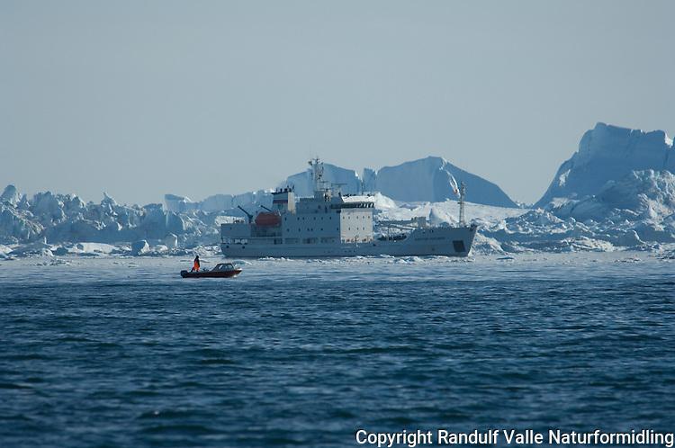 Båter og isfjell i Diskobukten ---- Boats and icebergs in Disko Bay