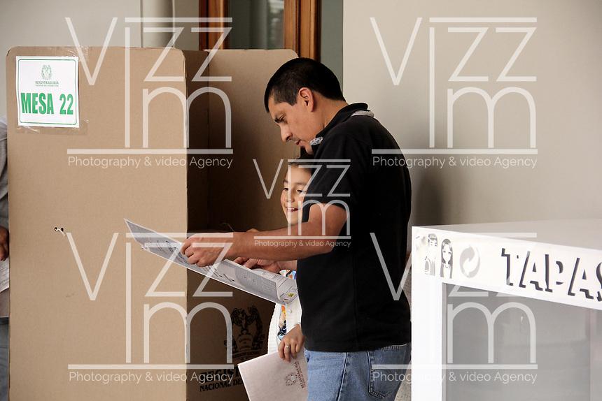 PASTO - COLOMBIA, 11-03-2017: Habitantes de Pasto acuden a las urnas para participar en las elecciones legislativas de Colombia de 2018 que se realizan hoy, domingo 11 de marzo de 2018m en todo el territorio colombiano. En ellas se eligen los miembros de ambas Cámaras del Congreso en Colombia. En el Senado de la República se elegirán 108 senadores y en la Cámara de Representantes se elegirán 172 parlamentarios. / Pasto's people go to the polls to participate in the legislative elections of Colombia in 2018 that take place today, Sunday, March 11, 2018m throughout the Colombian territory. In them, the members of both Houses of Congress in Colombia are elected. In the Senate of the Republic 108 senators will be elected and in the House of Representatives 172 parliamentarians will be elected. Photo: VizzorImage / Leonardo Castro / Cont
