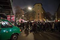 Zwangsraeumung in Berlin Kreuzberg.<br /> In Berlin Kreuzberg wurde am Dienstag den 20. Dezember 2016 in den fruehen Morgenstunden ein Mieter, der seit 31 Jahren in der Skalitzer Strasse 64 wohnt, zwangsgeraeumt. Die Hausbesitzer, die Duesseldorfer&Berliner Grundeigentuemer GmbH, welche das Haus vor einem Jahr gekauft haben behaupten der Mieter haette seine Miete nicht korrekt gezahlt. Der Mieter hatte vom Besitzer jedoch unkorrekte Angaben ueber einen Kontowechsel bekommen und die Miete weiter auf das ihm bekannte Konto gezahlt. Dies genuegte um eine gerichtliche Zwangsraeumung durchzusetzen, welche im zweiten Anlauf mit Hilfe von drei Hundertschaften der Berliner Polizei durchgefuehrt wurde.<br /> Ca. 200 Menschen protestierten gegen die Zwangsraeumung.<br /> Ein erster Versuch der Zwangsraeumung scheiterte im November 2016 am Protest von Anwohnern.<br /> Die Duesseldorfer&Berliner Grundeigentuemer GmbH will die Wohnungen modernisieren und dann als Eigentumswohnungen verkaufen.<br /> 20.12.2016, Berlin<br /> Copyright: Christian-Ditsch.de<br /> [Inhaltsveraendernde Manipulation des Fotos nur nach ausdruecklicher Genehmigung des Fotografen. Vereinbarungen ueber Abtretung von Persoenlichkeitsrechten/Model Release der abgebildeten Person/Personen liegen nicht vor. NO MODEL RELEASE! Nur fuer Redaktionelle Zwecke. Don't publish without copyright Christian-Ditsch.de, Veroeffentlichung nur mit Fotografennennung, sowie gegen Honorar, MwSt. und Beleg. Konto: I N G - D i B a, IBAN DE58500105175400192269, BIC INGDDEFFXXX, Kontakt: post@christian-ditsch.de<br /> Bei der Bearbeitung der Dateiinformationen darf die Urheberkennzeichnung in den EXIF- und  IPTC-Daten nicht entfernt werden, diese sind in digitalen Medien nach §95c UrhG rechtlich geschuetzt. Der Urhebervermerk wird gemaess §13 UrhG verlangt.]